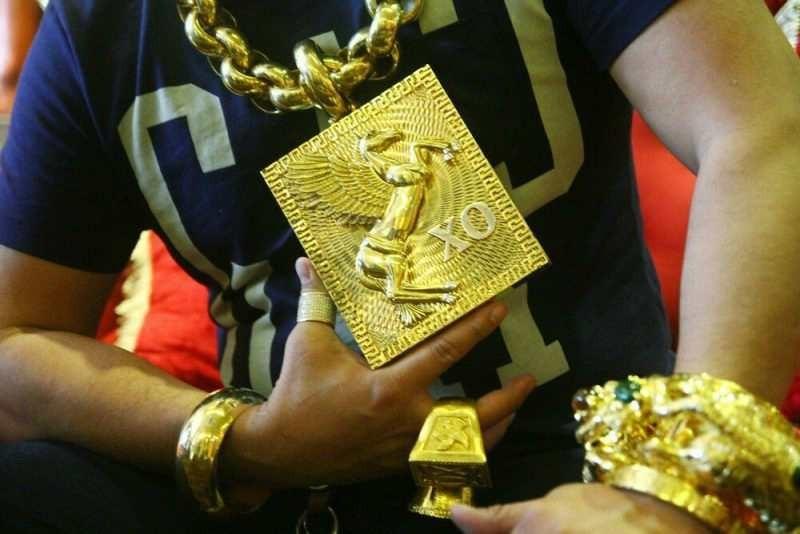 «Адам емес, алтын»: 13 келі алтын таққан ер адам жұртты қайран қалдырды