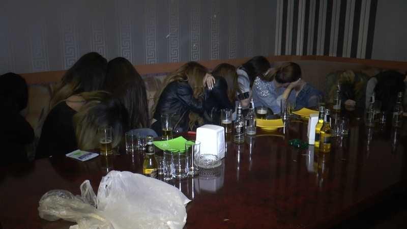 Кореялықтар көңіл көтеріп жатқан: Алматыда караоке-бардан секс-притон табылды