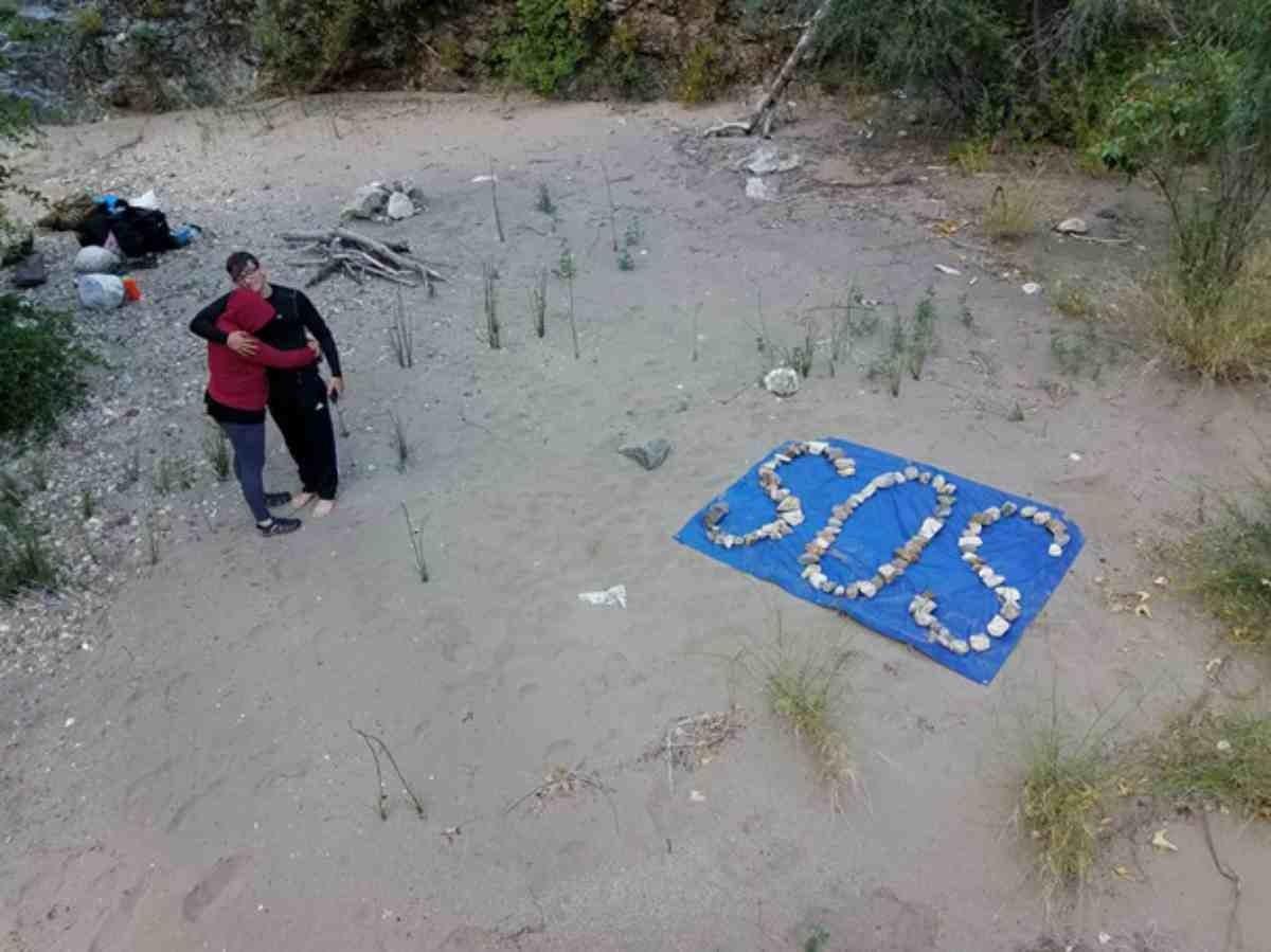 Туристер су бетінен хат жазылған бөтелкені тауып, үш адамның өмірін құтқарып қалды