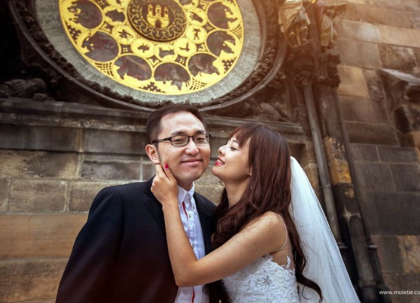 0015-asian-couple-with-prague-clock-800
