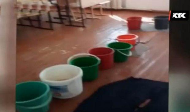 Қарағанды ауылындағы мектептің шатырынан аққан су: Оқушылар сабаққа тегеш көтеріп барады