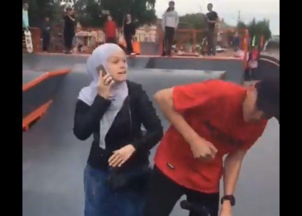 Хиджаб киген әйел спорт алаңында жасөспірімді ұрып тастады (видео)