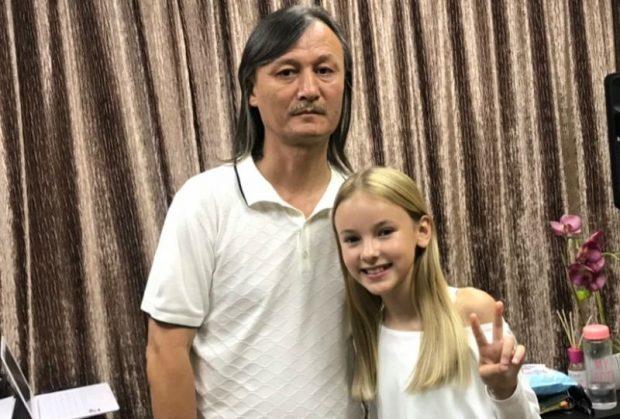 Ұлықпан Жолдасов жас әнші Данэлия Төлешовамен бірге ән жазып жатыр