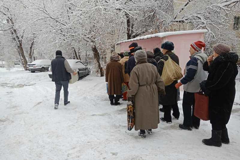 Алматылық кәсіпкер әжесінің құрметіне қарттарға тегін тамақ үлестіруде